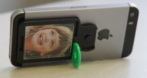 Mobile Frame am Handy / Smartphone auf Tisch