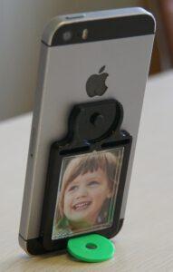 Mobile Frame mit Smartphone stehend auf dem Tisch